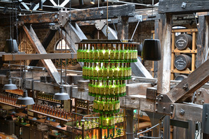 Eine besondere Lampe aus leeren Whiskyflaschen findet man im Jameson.