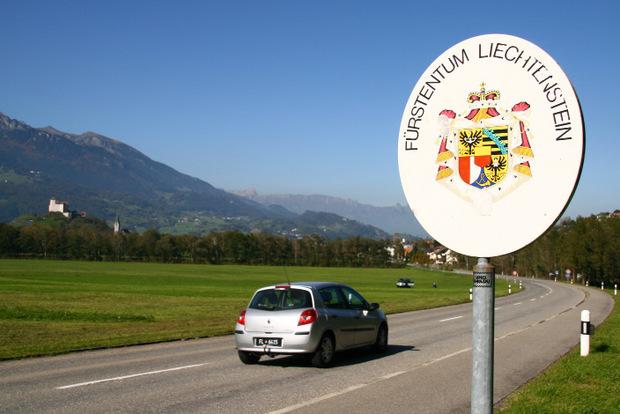 ..das kleine Land Liechtenstein hat so einiges zu bieten – auf den Schildern sieht man das Wappen des Fürstentums.
