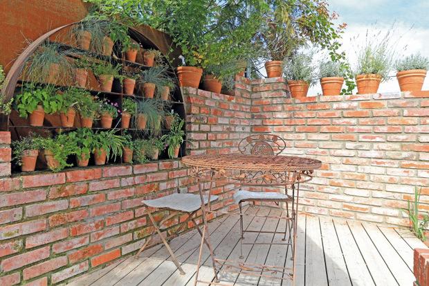 Kleine Flächen stellen eine besonders große Herausforderung dar. Doch mit der Wahl der richtigen Materialien und Akzente lassen sich auch die schön gestalten.