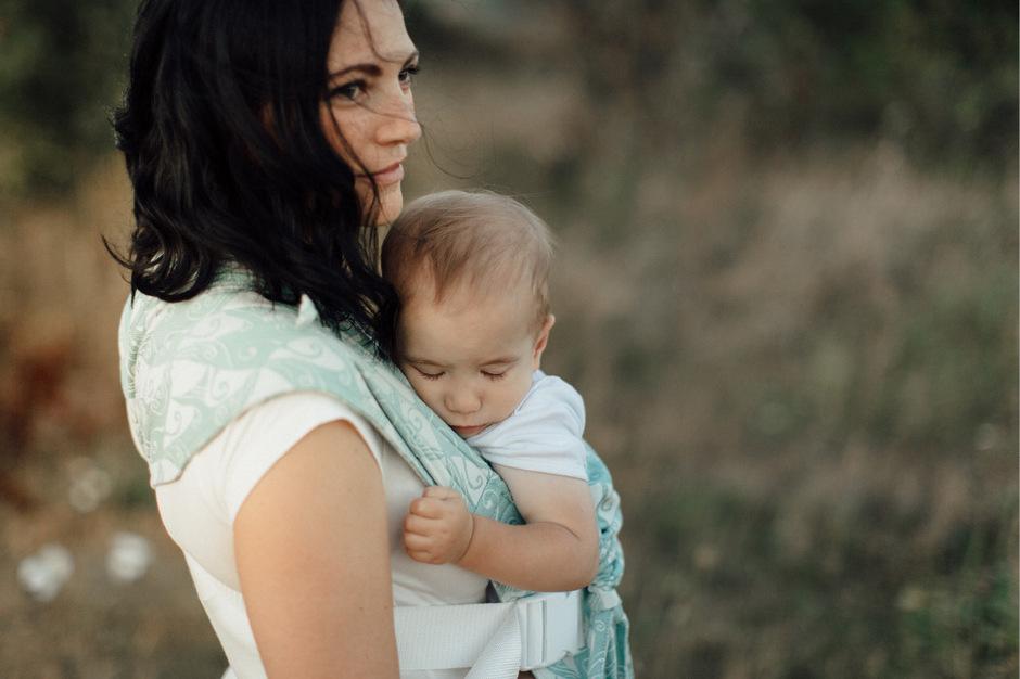 Kuscheliger Körperkontakt: Bindung und viel Nähe durch Tragen prägen den aktuellen Trend des Attachment Parenting.