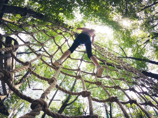 Wachsen lassen: Größere Kinder brauchen auch Raum für eigene Erfahrungen, sind sich Experten einig.