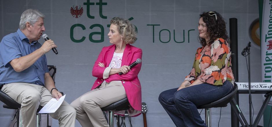Chefredakteur Mario Zenhäusern bat BM Eva Posch und LHStv. Ingrid Felipe (v.l.) zum Polit-Talk.
