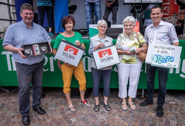 Glückliche Gewinnerinnen: Brigitta Sailer, Karla Kramer und Martha Gaul (v.l.) nahmen von Günter Neyer (Wedl/Testa Rossa, l.) und Manuel Kofler (TT-Marketing) ihre tollen Preise entgegen.
