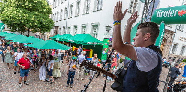 """Schlager-Jungstar Alex Reichinger gab seinen Hit """"Geh mit deinen Träumen online"""" live zum Besten."""