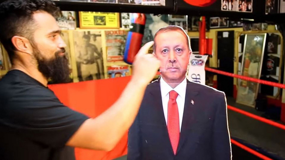 Profboxer Ünsal Arik berührt die Pappfigur nur mit dem Zeigefinger – für Erdogan ein Mordversuch.