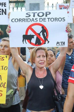 Vor der Arena protestierten Tierschützer gegen das Spektakel, dessen Höhepunkt das Töten von Bullen darstellt.