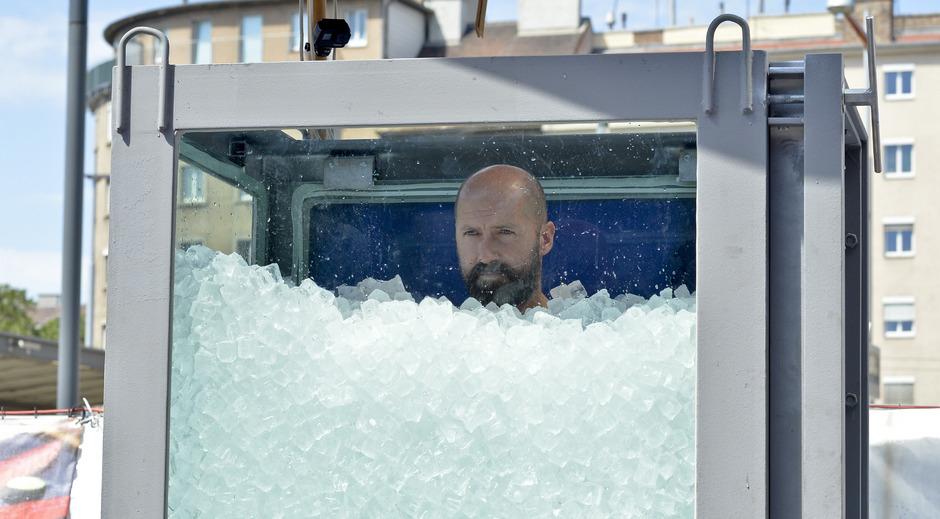 Bis zum Hals stand Josef Köberl im Eis.