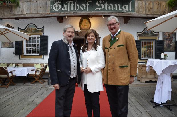 """EU-Kommissar Johannes """"Gio"""" Hahn mit Lebensgefährtin Susanne Riess (Generaldirektorin der Wüstenrot-Gruppe) und Richard Hauser (r.) beim Festakt."""