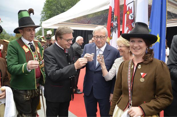 Landesschützenkommandant Fritz Tiefenthaler und LH Günther Platter mit EU-Kommissionspräsident Jean-Claude Juncker mit Frau Christiane (v. l.) stoßen bei einem Stamperl Schnaps an.