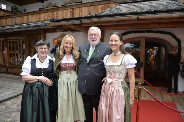 Forum-Alpbach-Präsident Franz Fischler mit seiner Frau Heidi (l.) und Stanglwirttöchter Maria Hauser-Lederer und Elisabeth Hauser (r.) bei der Verleihung.