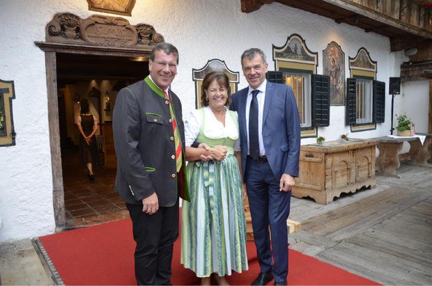 Unterhielten sich bestens: Stanglwirtin Magdalena Hauser mit VP-Klubobmann Jakob Wolf (l.) und BM IBK Georg Willi.