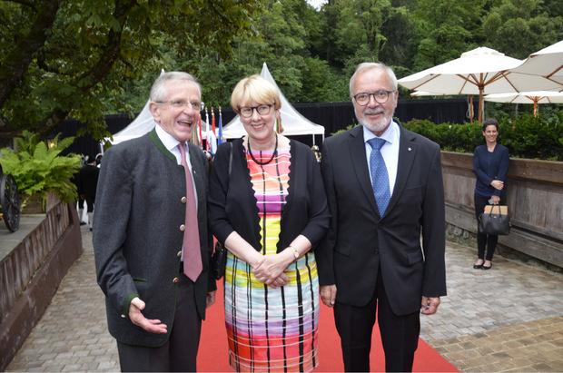 Unterhielten sich prächtig und gratulierten: Präsident der Europäischen Investitionsbank Werner Hoyer mit Frau Katja und Ex-Vize-Kanzler Willi Molterer (l.).