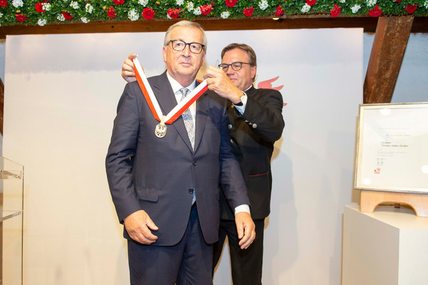 LH Platter beim Verleihen des Großen Tiroler Adler Ordens an Jean-Claude Juncker.