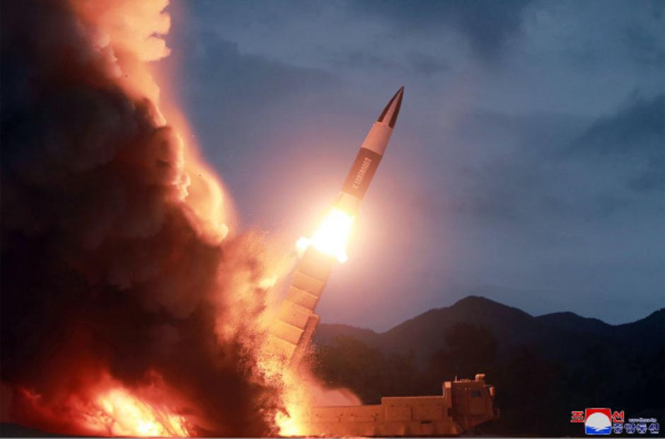 Offensichtlich hat Nordkorea erneut zwei Raketen getestet. Die nordkoreanische Nachrichtenagentur KCNA hat dieses Foto zur Verfügung gestellt.