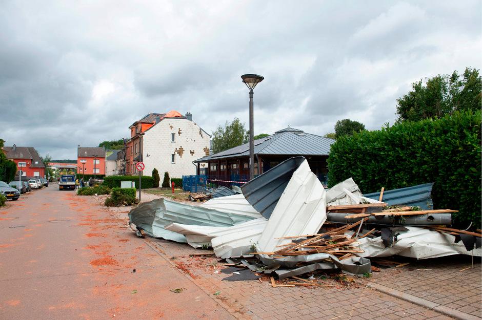 Zahlreiche Häuser waren durch den Sturm schwer beschädigt worden.