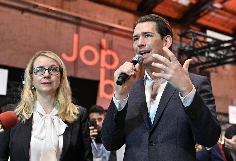 Margarete Schramböck und Sebastian Kurz im Jänner 2019 als Wirtschaftsministerin und Bundeskanzler bei einer Jobbörse für Asylberechtigte: In der ÖVP hatte der harte Kurs gegen Lehrlinge viele Gegner.
