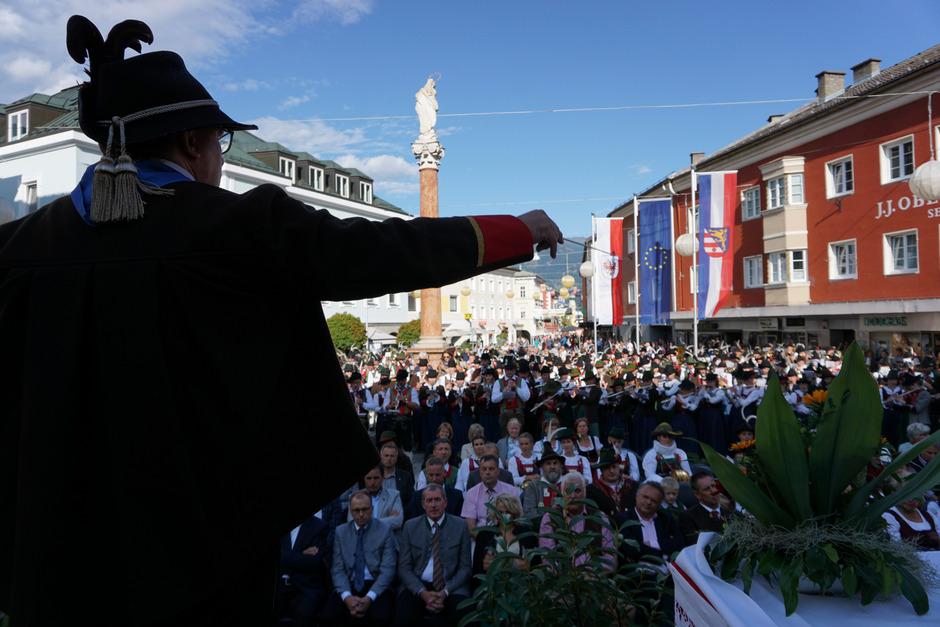 Bezirkskapellmeister Roman Possenig dirigierte die 800 Musikanten in Gesamtspiel am Johannesplatz.