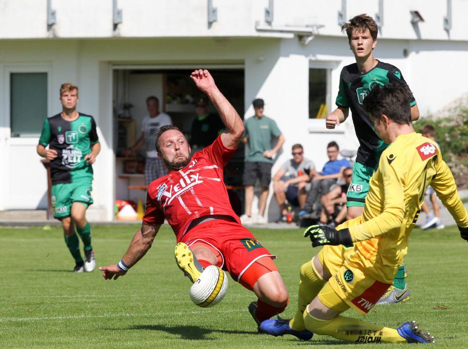 Nach dem Zweikampf mit dem Imster Bernhard Mittermair (rotes Trikot) musste Wacker-II-Goalie Alexander Eckmayr verletzt vom Feld.