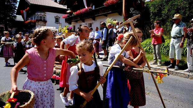 Auch die Kleinen waren beim Festumzug mit Feuereifer dabei.