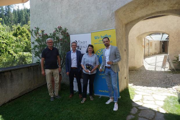 Harald Assam und Oskar Januschke vom Lions Club Lienz, Schlossherrin Silvia Ebner und Stadtorchester-Dirigent Gerald Mair (v.l.).
