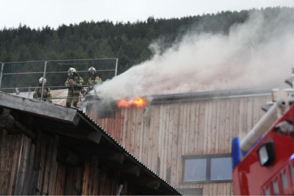 Das Holzhaus wurde beim Brand am Samstagabend schwer beschädigt. Die Familie fand bei Verwandten Unterschlupf.