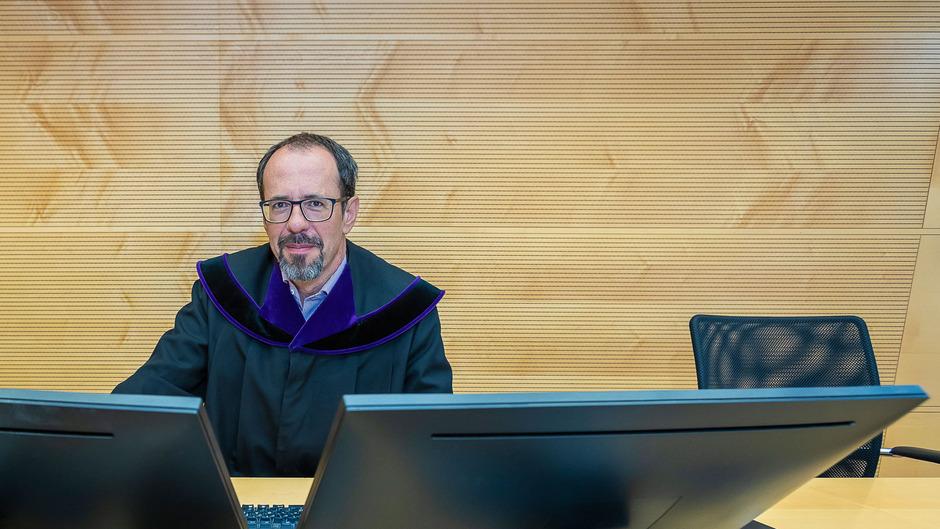Anstatt von Papierakten werden Richter künftig von Bildschirmen umrahmt. Wie hier Andreas Stutter, Vizepräsident des Innsbrucker Landesgerichts, geben Richter damit auch die Inhalte auf den Schirmen der Parteien vor.