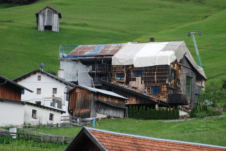 Schwerste Schäden nach dem Brand in Tobadill: Ob das in Holzriegelbauweise errichtete Haus saniert werden kann, war gestern fraglich. Die Bewohner – eine siebenköpfige Familie – zogen in ein Ersatzquartier.