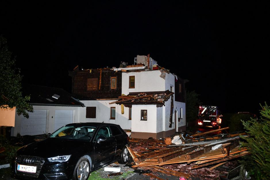 Bei diesem Haus sorgte die Gewitterfront für schweren Schaden.