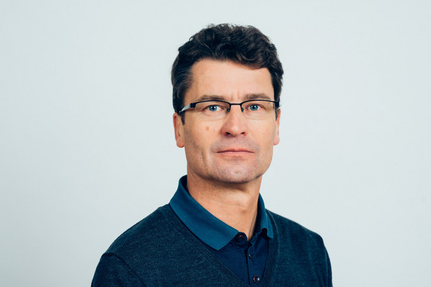 Jörg Flecker ist Handelswissenschafter, Soziologe und Experte für den Wandel in den Beschäftigungssystemen. Seit 2013 ist der Grazer Professor für Soziologie in Wien. Zuvor leitete er 22 Jahre lang die Forschungs- und Beratungsstelle Arbeitswelt (Forba).