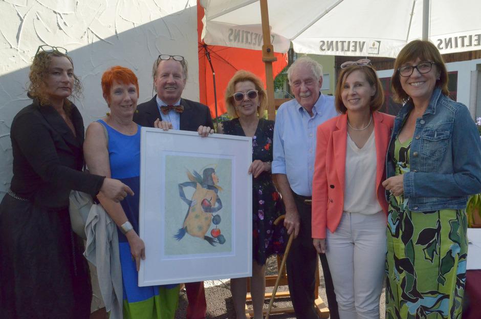 Gabi Plattner und Margret Aull (Tiroler Frauenhaus), Günther, Annaliese und Walter Stecher, LR Gabriele Fischer und Anneliese Junker (Frauen helfen Frauen) präsentierten die Lithografie (v.l.).