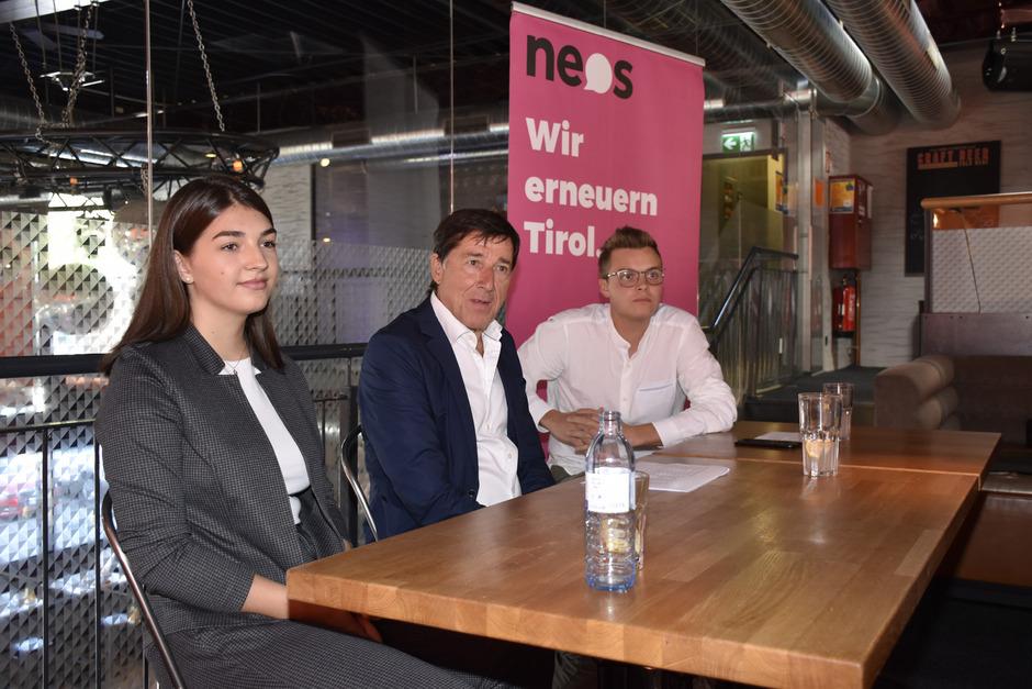 Tirols NEOS-Spitzenkandidat Hannes Margreiter (M.) stellte mit Johannes Tilg und Laura Flür die politischen Positionen vor.