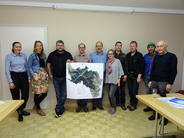 Die Arbeitsgruppe zum Projekt Klimawandel aus der Gemeinde Pfunds mit Vizebürgermeister Peter Wille (mittig mit Plakat) und alpS Projektbetreuerin Hanna Krimm (ganz links).