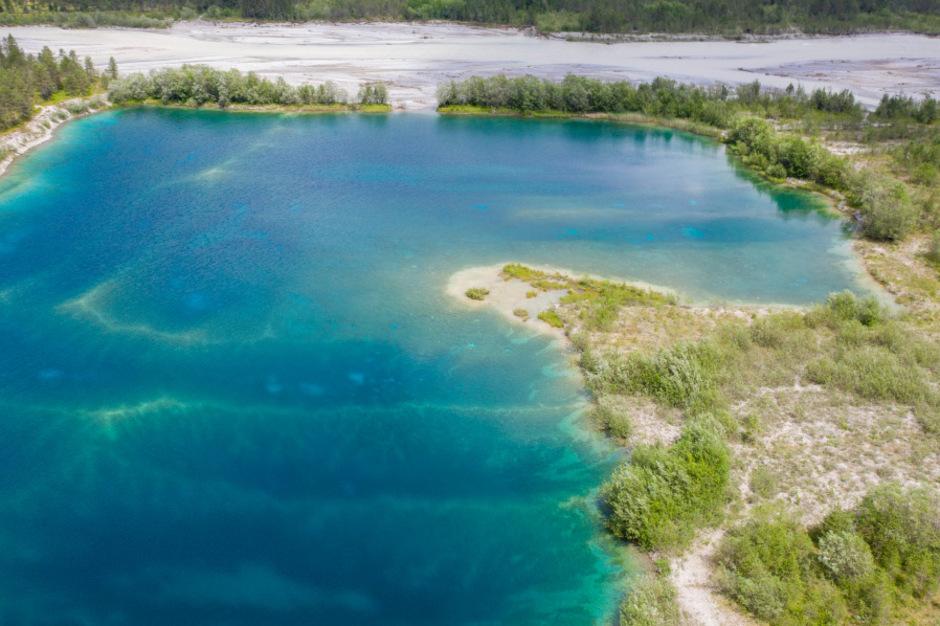 """Die den Baggersee Forchach schützenden Steinwälle werden trotz Widerstands einer Bürgerinitiative herausgenommen.<span class=""""TT11_Fotohinweis"""">Foto: Salvemini</span>"""