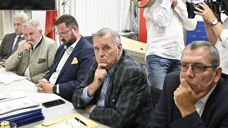 Die FPÖ Historikerkommission, eine Vermischung von Wissenschaftern und aktiven Parteimitarbeitern oder Funktionären: Thomas Grischany, Andreas Mölzer, Christian Hafenecker, Wilhelm Brauneder und Lothar Höbelt.