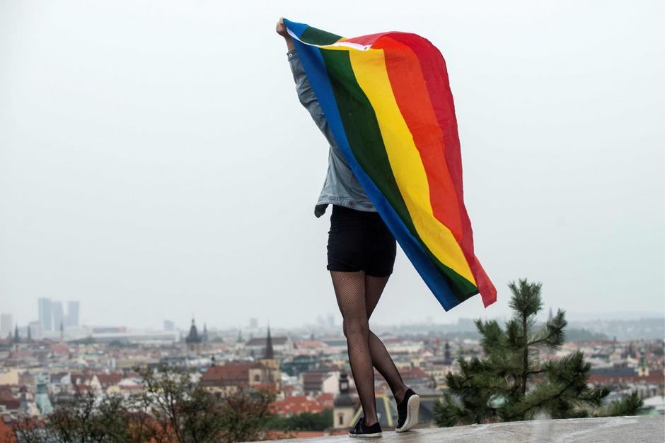 """Zehntausende Menschen protestierten bei dem jährlichen Gleichheitsmarsch """"Prague Pride"""" für mehr Akzeptanz für homosexuelle Paare."""