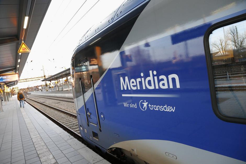 Ein Meridian-Zug am Bahnhor Rosenheim (Archivbild).