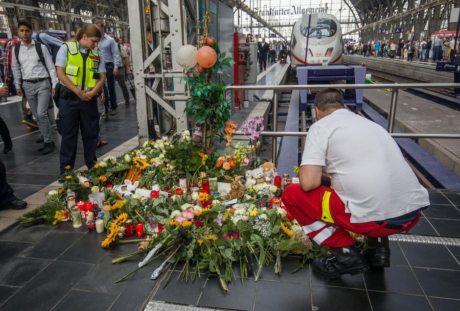 Zahlreiche Menschen haben nach der schrecklichen Tat am Frankfurter Hauptbahnhof Blumen niedergelegt.
