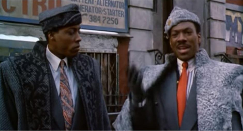 Prinz Akeem (Eddie Murphy, re.) und sein Diener Semmi (Arsenio Hall) bei ihrer Ankunft in Queens, New York.