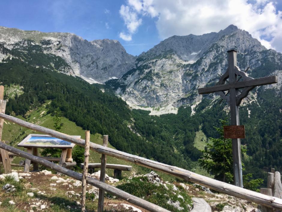 Berge raten kann man beim Aussichtsplatz am Sailabodenkreuz.