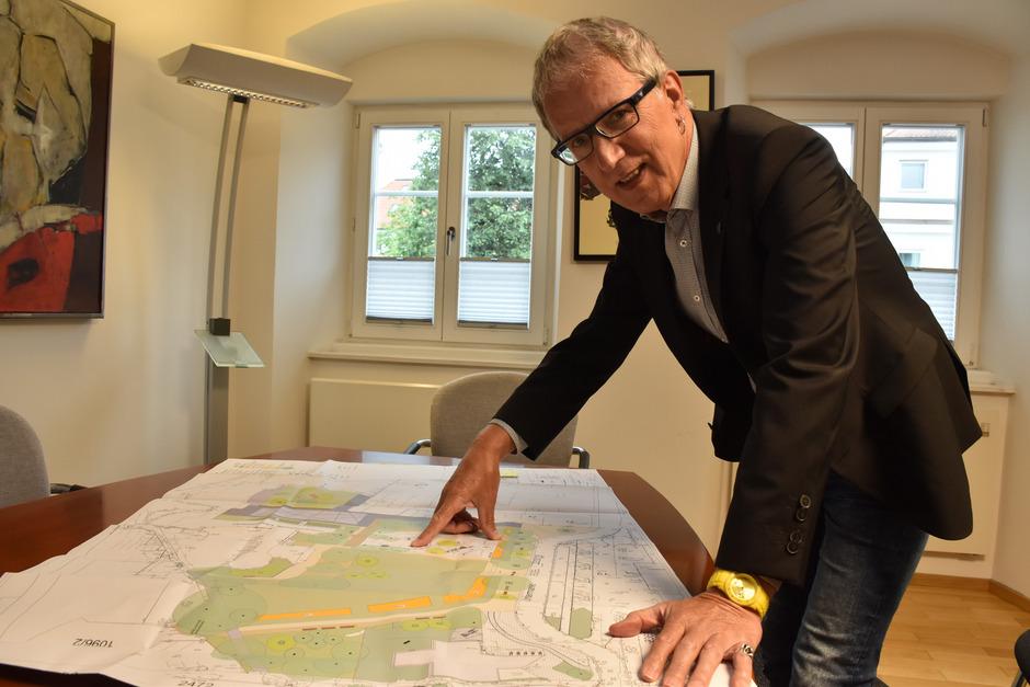 Reuttes Bürgermeister Alois Oberer kennt den Plan zur Parkumgestaltung in- und auswendig, beschäftigt er sich doch schon Monate damit. Nun sind die Baumaschinen aufgefahren.