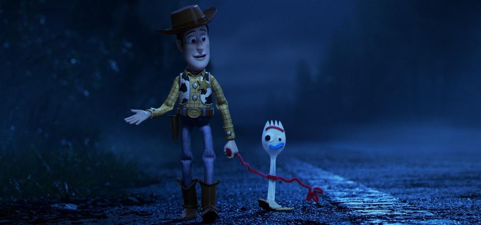 """Cowboy Woody nimmt sich in """"Toy Story 4: Alles hört auf kein Kommando"""" des selbstgebastelten Spielzeugs Forky an."""