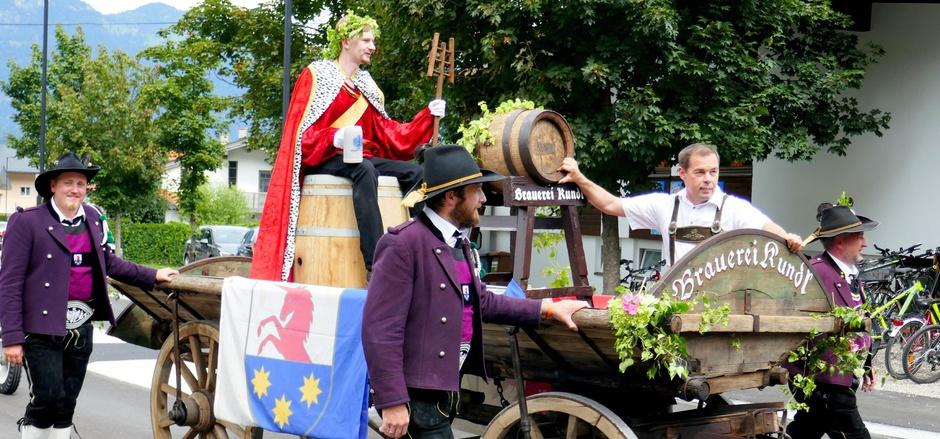 Begleitet von den Schützen ging es für Gambrinus und ein 100-Liter-Fass des Kundler Bieres erstmal eine Runde durchs Dorf.