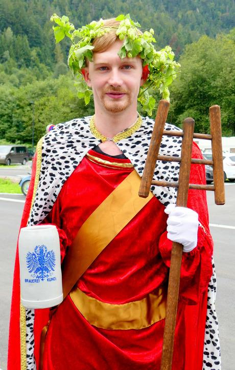 Gambrinus Christoph Sappl gebührte die Ehre, das Bier zu verkosten.
