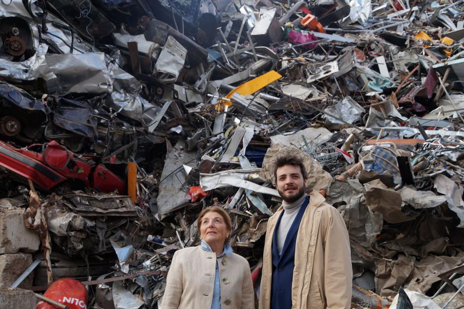 Maude (Maria Drummel) und Harold (Michael Feichtner) teilen die Liebe zu Schrottplätzen und Friedhöfen. Die Thaurer Schlossspiele wagen heuer eine schräg-provokante Komödie.