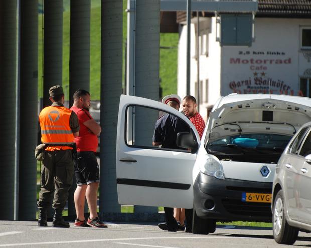 Bundesheersoldaten assistieren bei den Polizeikontrollen.