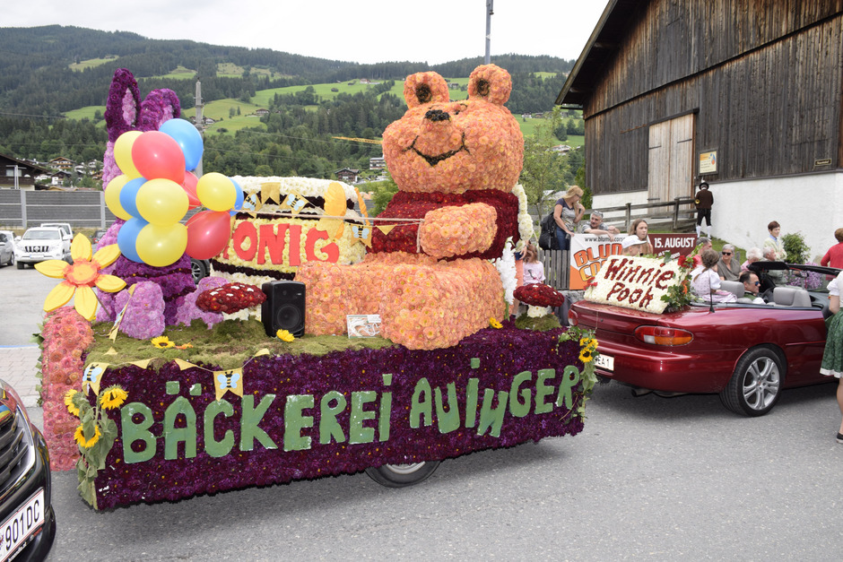Tolle Motive gab es beim Blumencorso in Kirchberg zu bewundern: von Winnie Pooh über die riesige Einkaufstasche bis hin zur neuen Fleckalmbahn.
