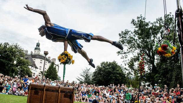 Beim alljährlichen Renaissancefest auf Schloss Ambras zeigen Akrobaten ihre Kunststücke.