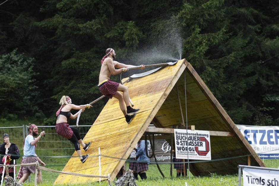 Als Clans kämpfen die Teams im schottischen Kilt bei den Highlander Games in Hopfgarten gegeneinander.