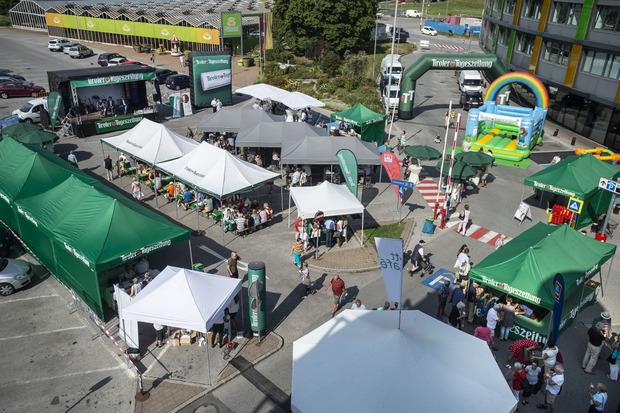 Am Vorplatz des Innsbrucker Einkaufszentrums Dez herrscht morgen Samstag wieder reger Andrang – das beliebte TT-Café ruft!