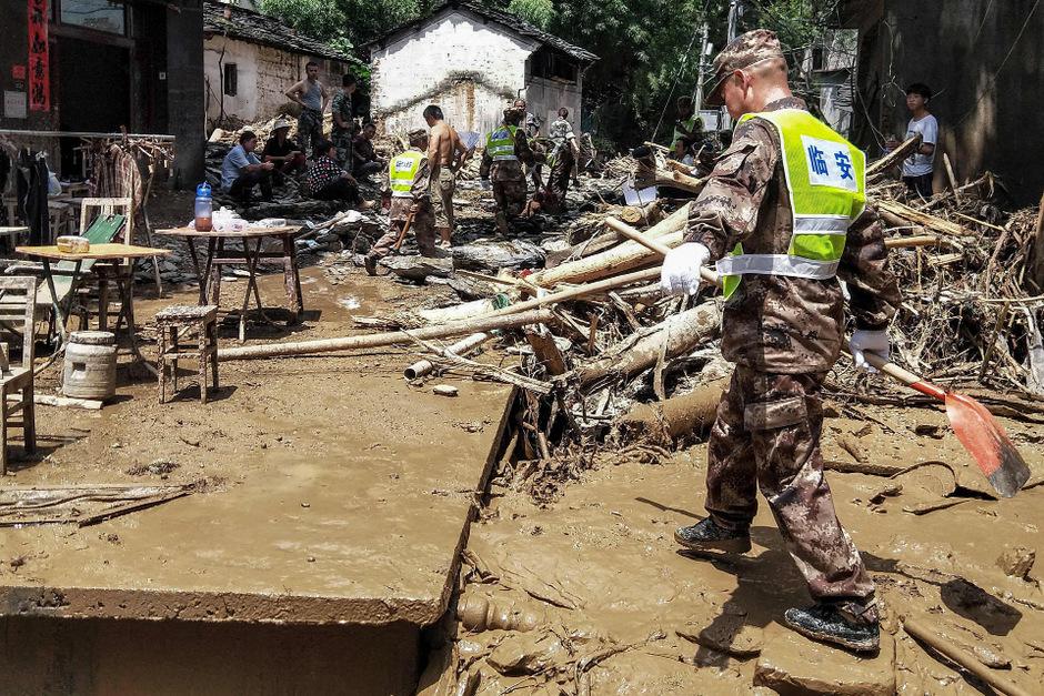 """Aufräumarbeiten in der Provinz Zhejiang nach dem verheerenden Taifun """"Lekima""""."""